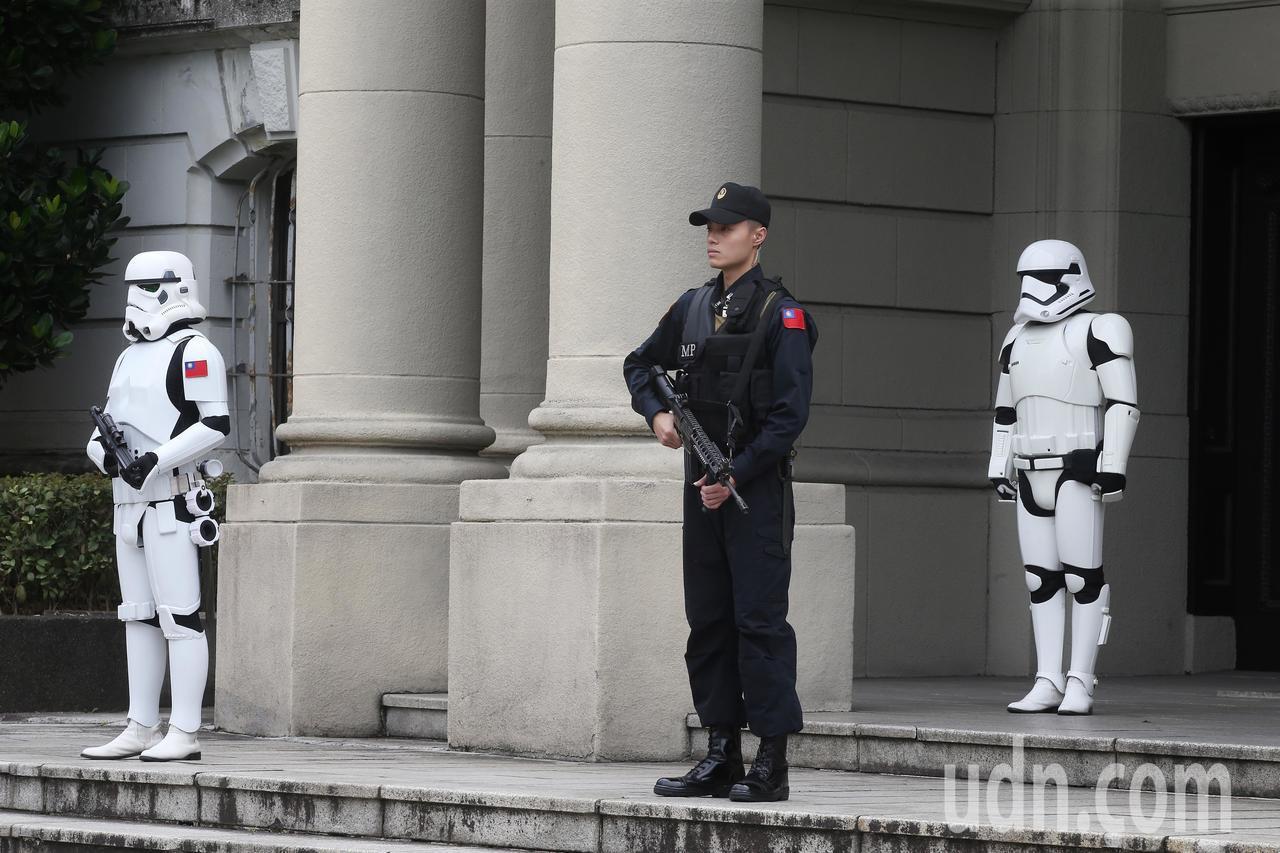 風暴兵與衛兵一起站崗。記者楊萬雲/攝影