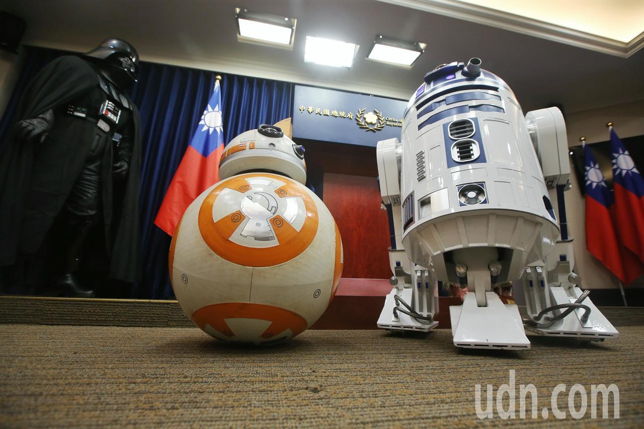 星戰迷帶著R2D2與BB-8模型一起到總統府參訪。記者楊萬雲/攝影
