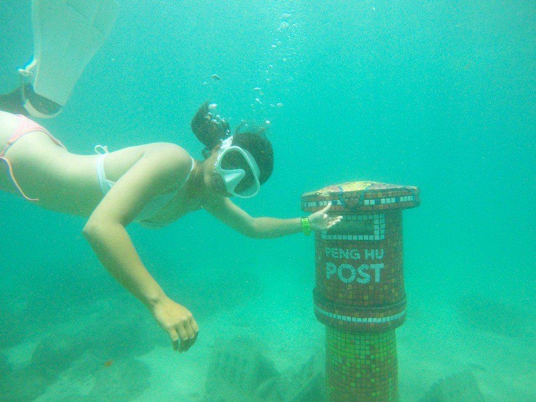 澎湖縣府旅遊處說,海底郵筒從設計規畫到成果發表,歷時超過半年時間,起初的設計理念...