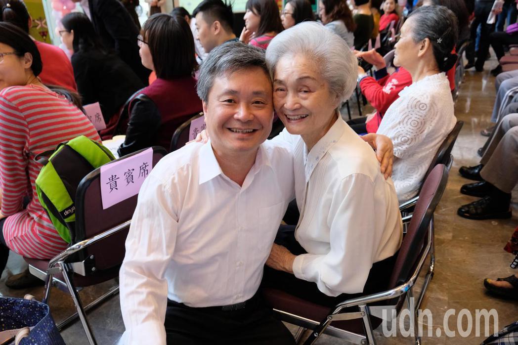 陳老奶奶參加園藝治療等課程後變開朗,與兒子感情也更加融洽。記者張曼蘋/攝影