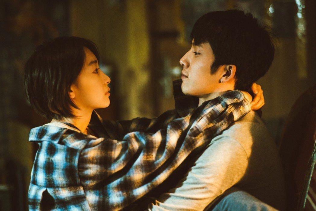 劉若英執導電影「後來的我們」,由周冬雨(左)、井柏然(右)共同主演。圖/甲上提供