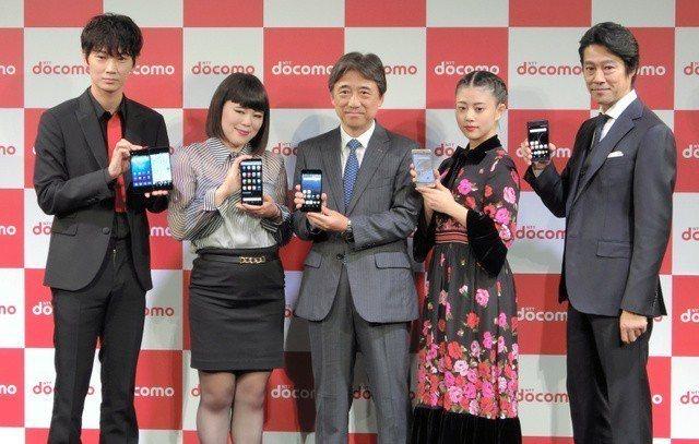 日本明星為DoCoMo在日本發售中興雙屏手機站台。取自人民網