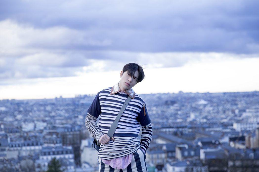 蕭敬騰為新歌MV到法國拍攝,和MV「主角」狗狗玩得不亦樂乎。圖/華納提供