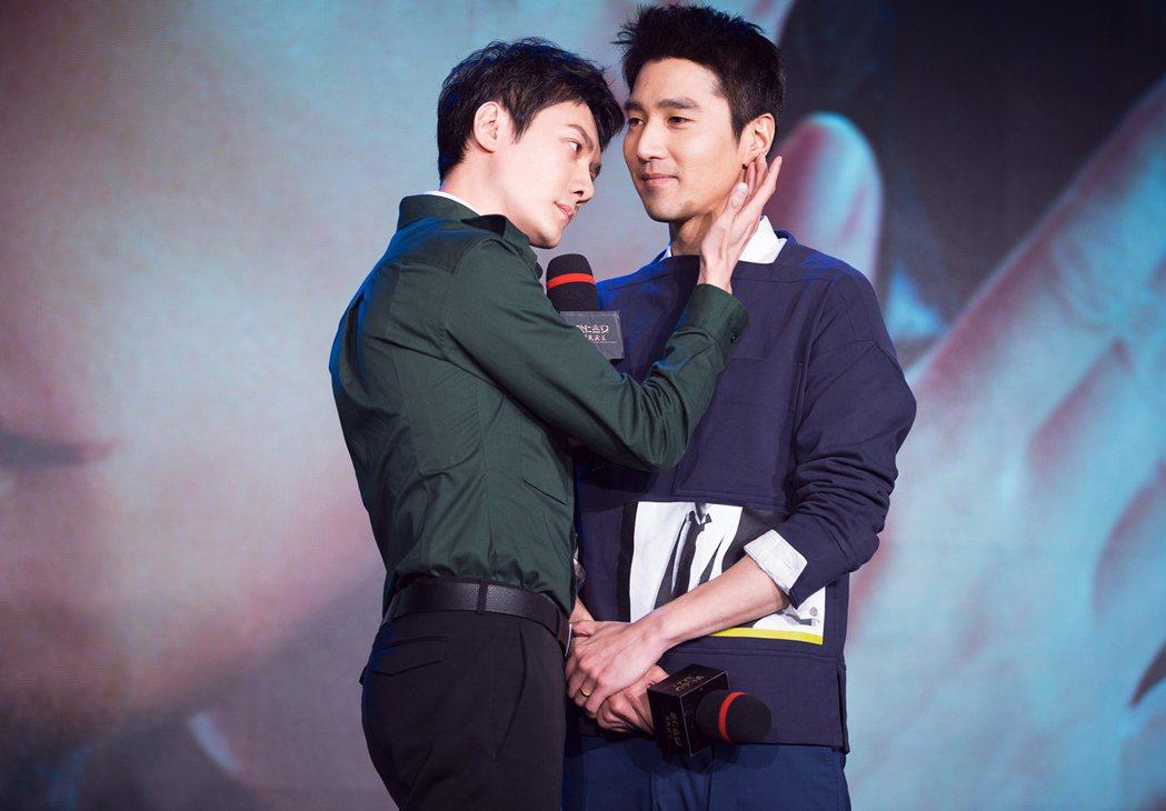 馮紹峰(左)與趙又廷(右)重現經典的摸臉橋段。圖/甲上提供