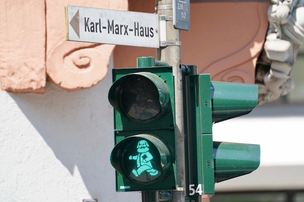 馬克思誕辰200周年紀念日當天,其故鄉德國特里爾市為紀念這位思想家,將部分紅綠燈...