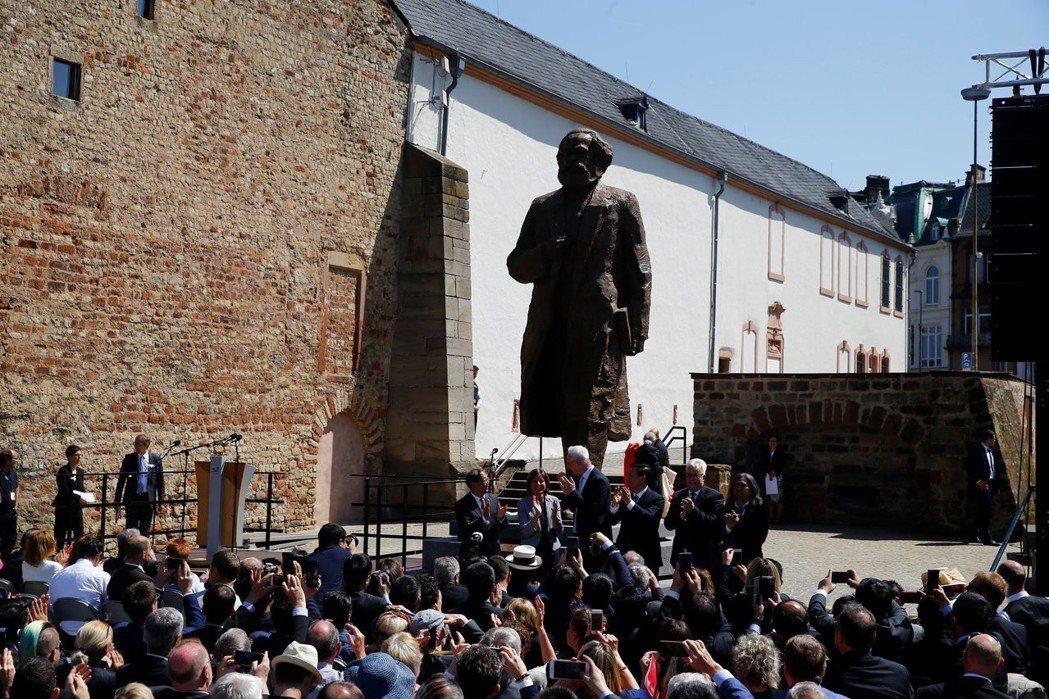 德國小鎮特里爾5日為大陸贈送的馬克思雕像舉行揭幕儀式,雕像高約5.5公尺。被批評...