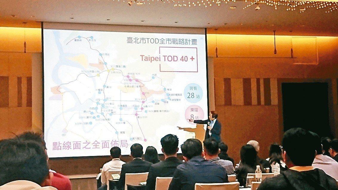 台北市副市長林欽榮親自介紹公辦都更現況。 記者林彥呈/攝影
