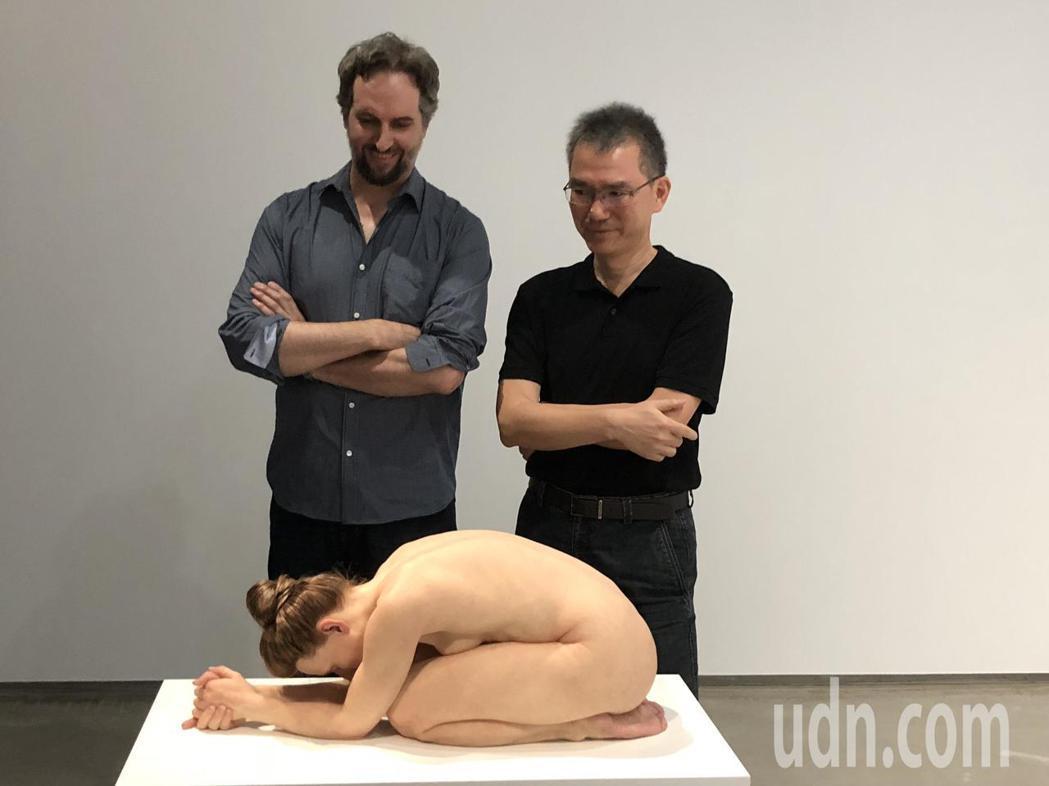 山姆‧詹克斯(左)的作品「跪著的女人」相當逼真,但比例為常人的2/3,如同縮小的...