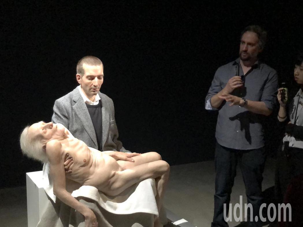 山姆‧詹克斯(右2)擅長寫實雕塑,作品「坐姿哀憐像」壯年懷抱著老人,肌膚表情和姿...