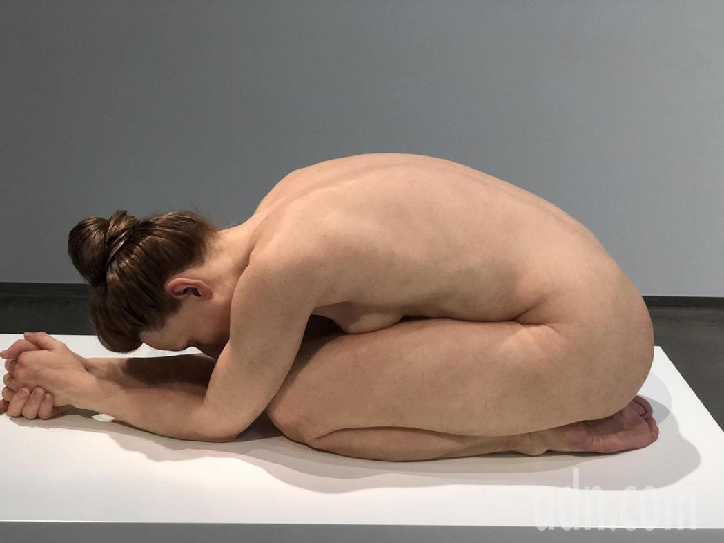 山姆‧詹克斯的人體寫實雕塑,姿態、皮膚甚至血管都具體呈現,真假難分。記者江良誠/...
