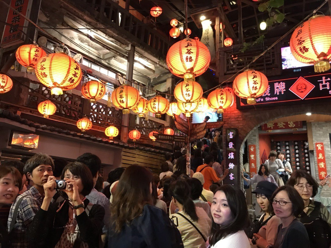 昨晚大批日本遊客擠爆九份,老街擠到動彈不得,瑞芳警分局還出動員警疏導,並防扒手出...