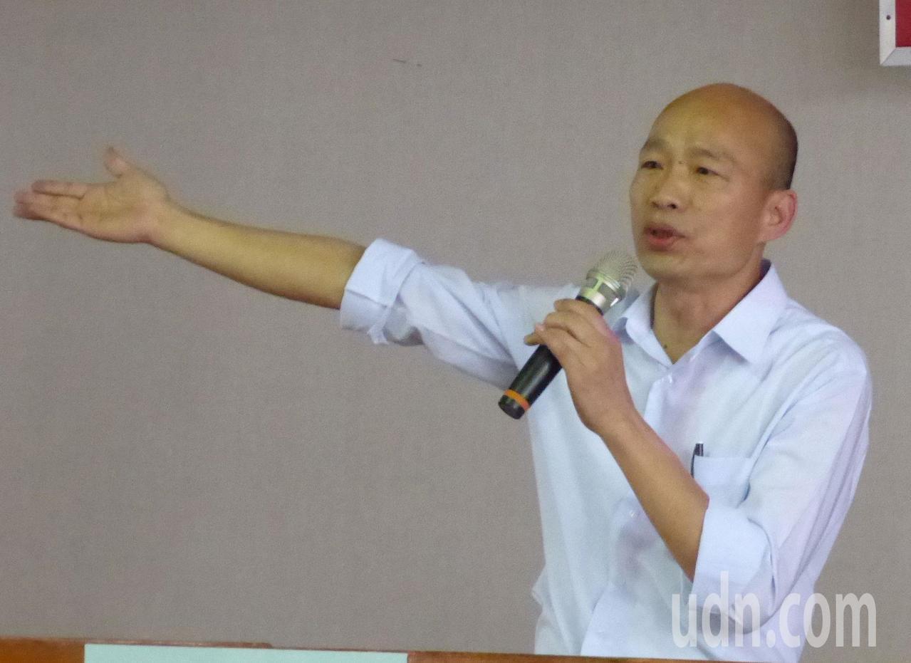 國民黨高雄市長初選參選人韓國瑜以自己在台北農產運銷公司總經理任內的經歷看「拔管」...