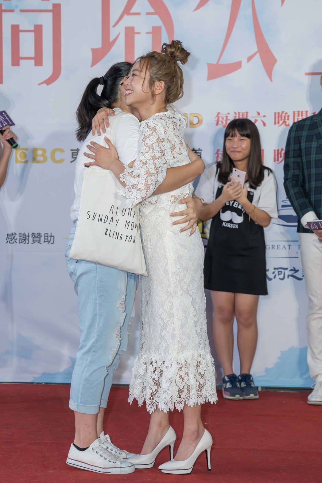 茵聲送給幸運粉絲愛的抱抱。圖/東森提供