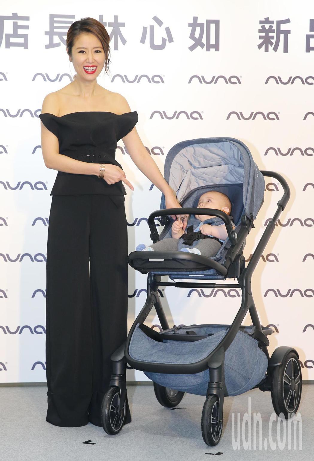 升格當媽的藝人林心如,受邀代言知名嬰兒推車品牌NUNA,她穿著襯托好身材的黑色晚...