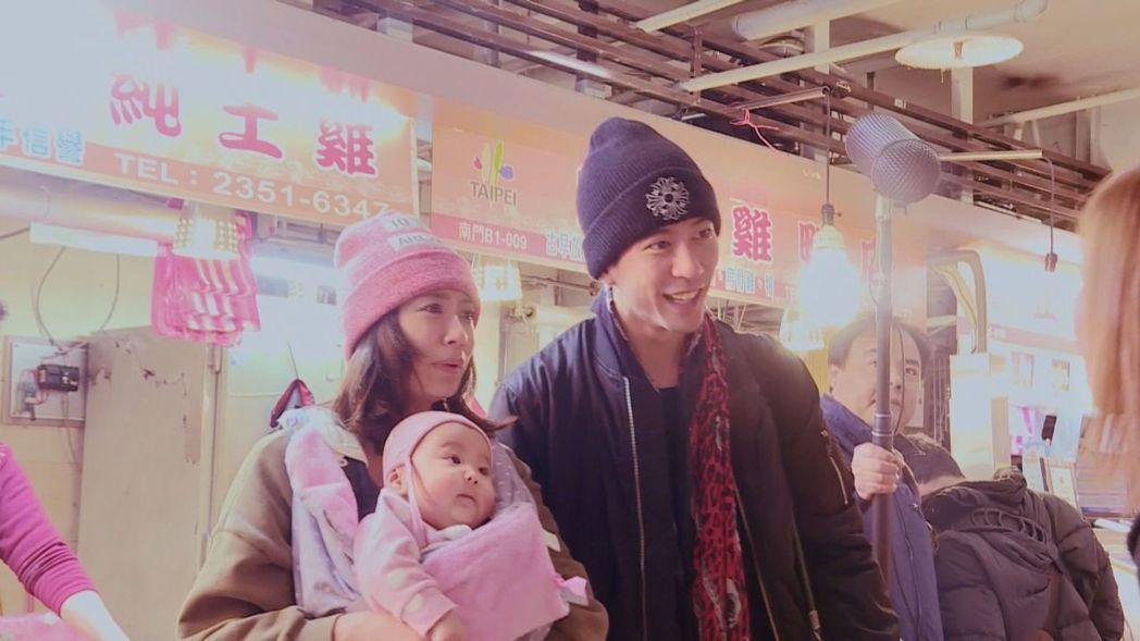 賈靜雯抱著咘咘與修杰楷逛南門市場。圖/中天提供