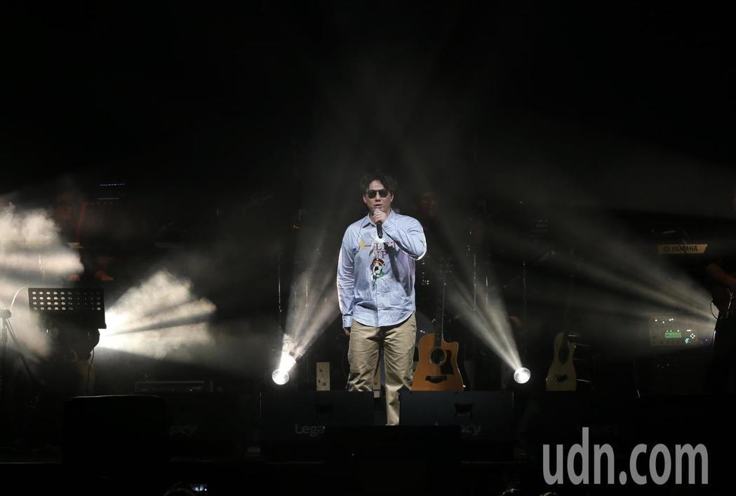 歌手蕭煌奇在華山文化園區舉行演唱會,先以經典成名曲「你是我的眼」開場。記者許正宏