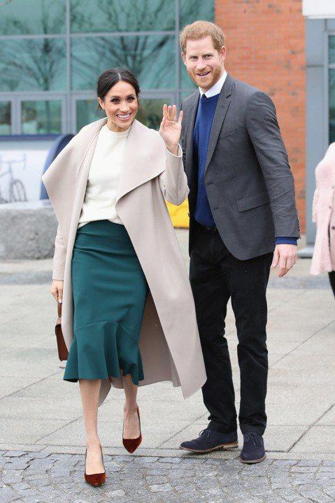 英國皇室將在2周後舉行盛大婚禮,33歲的哈利王子要與美國女星梅根馬可共結連理,不只全英已為此事瘋狂、相關話題都能引起熱烈討論,梅根更將在當天穿上款不同的婚紗,其中之一由澳洲著名的設計師雙人組雷夫與羅...