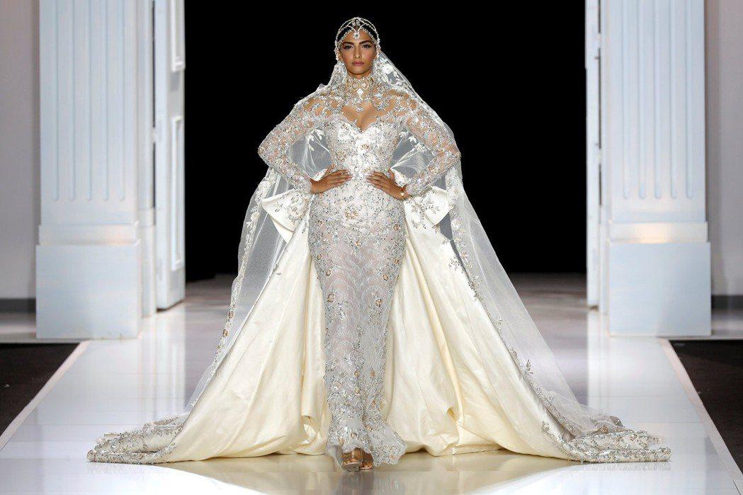 雷夫與羅素打造的婚紗向來華麗奪目,成為英國準王子妃的選擇。圖/路透資料照片