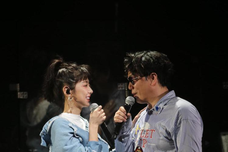 歌手蕭煌奇在華山文化園區舉辦演唱會,以經典名曲你是我的眼開場,在與嘉賓邵雨薇合唱「咱結婚好嗎」進入最高潮。
