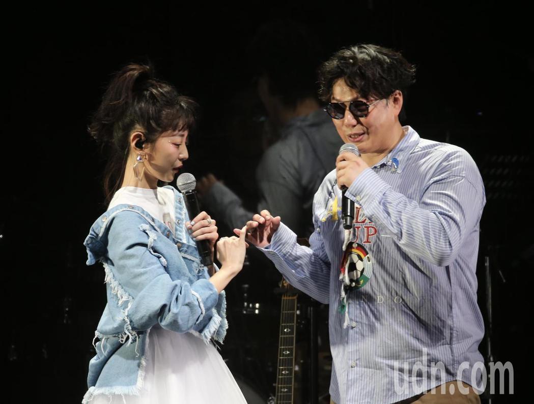 歌手蕭煌奇(右)在華山文化園區舉辦演唱會,與嘉賓邵雨薇(左)合唱「咱結婚好嗎」進...