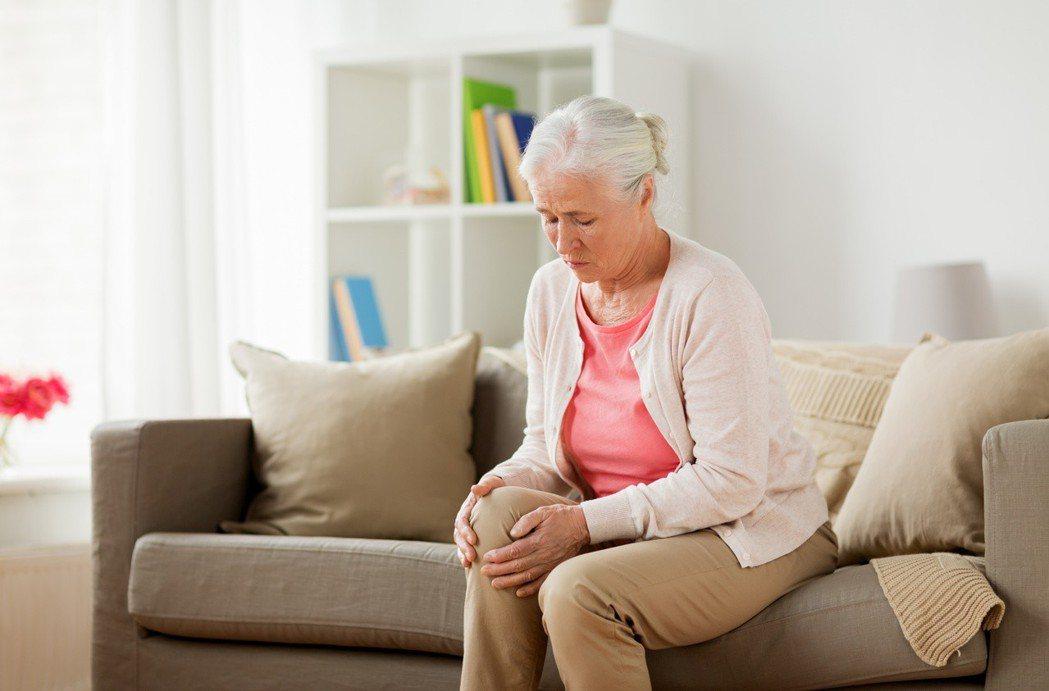 人到了中年以後,平均每年會失去3%的肌肉力量,也因此限制人體執行許多日常活動的能...