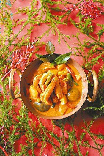 紅咖哩鳳梨蝦 圖╱摘自男子製本所出版《泰菜熱》