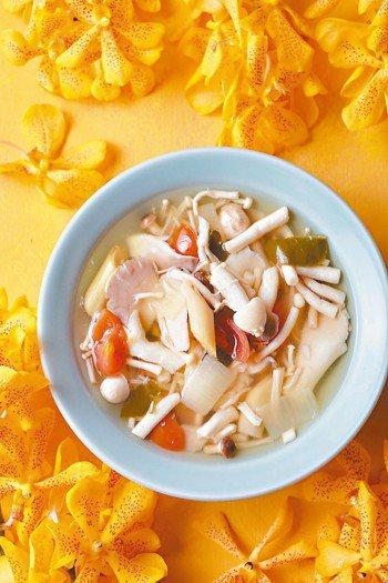 香茅野菇湯 圖╱摘自男子製本所出版《泰菜熱》
