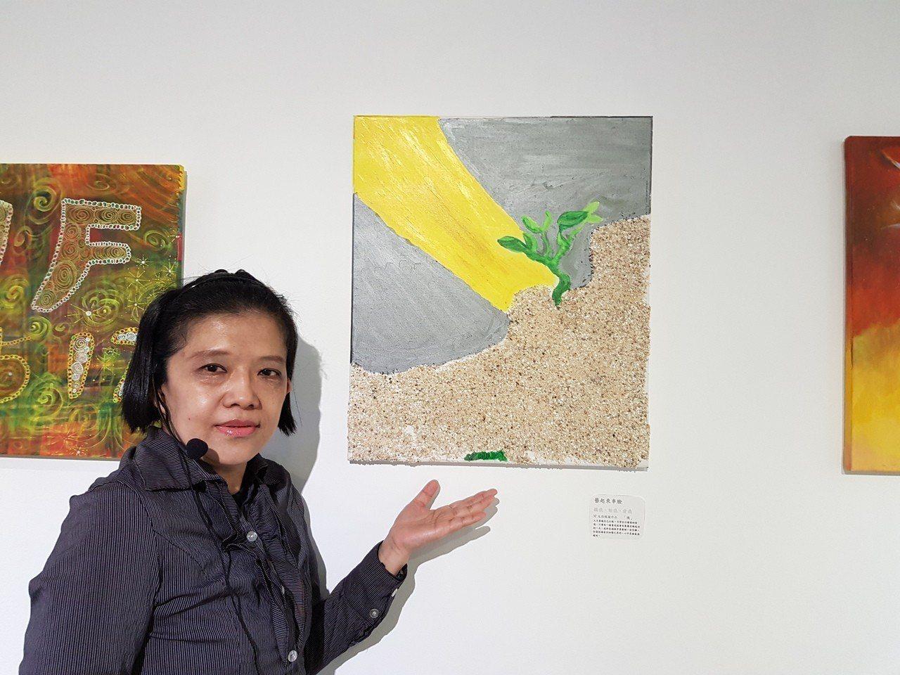神經纖維瘤患者孫佩蘭展出複合材料畫作「機」,是一株植物奮力從厚重砂石中鑽出迎接黑...