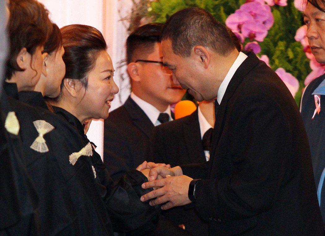 藝人白冰冰(左)母喪,曾偵辦白曉燕綁架案的新北市長參選人侯友宜(右)等各界人士上