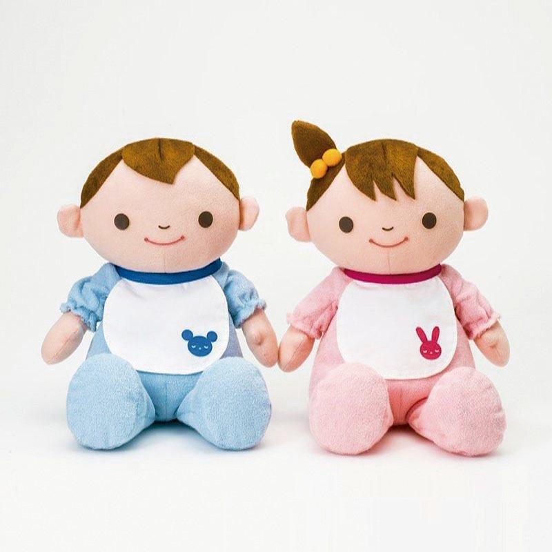 就像在和真的寶寶說話,互動促進腦力活絡。同時撫慰心靈陪伴,亦可安定失智長輩情緒。