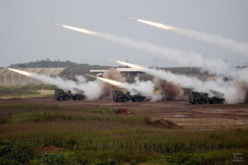 雷霆兩千多管火箭最大射程45公里,未來還需再加長,並且精準化。 圖/軍聞社