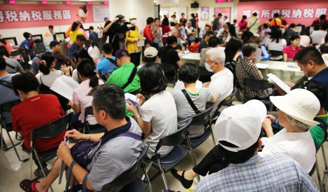 綜合所得稅開始申報,台北市國稅局湧入報稅民眾。 圖/聯合報系資料照片