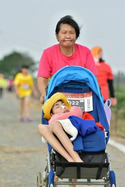 陳嘉齡臉上盡是為母則強的堅忍。 圖/讀者提供
