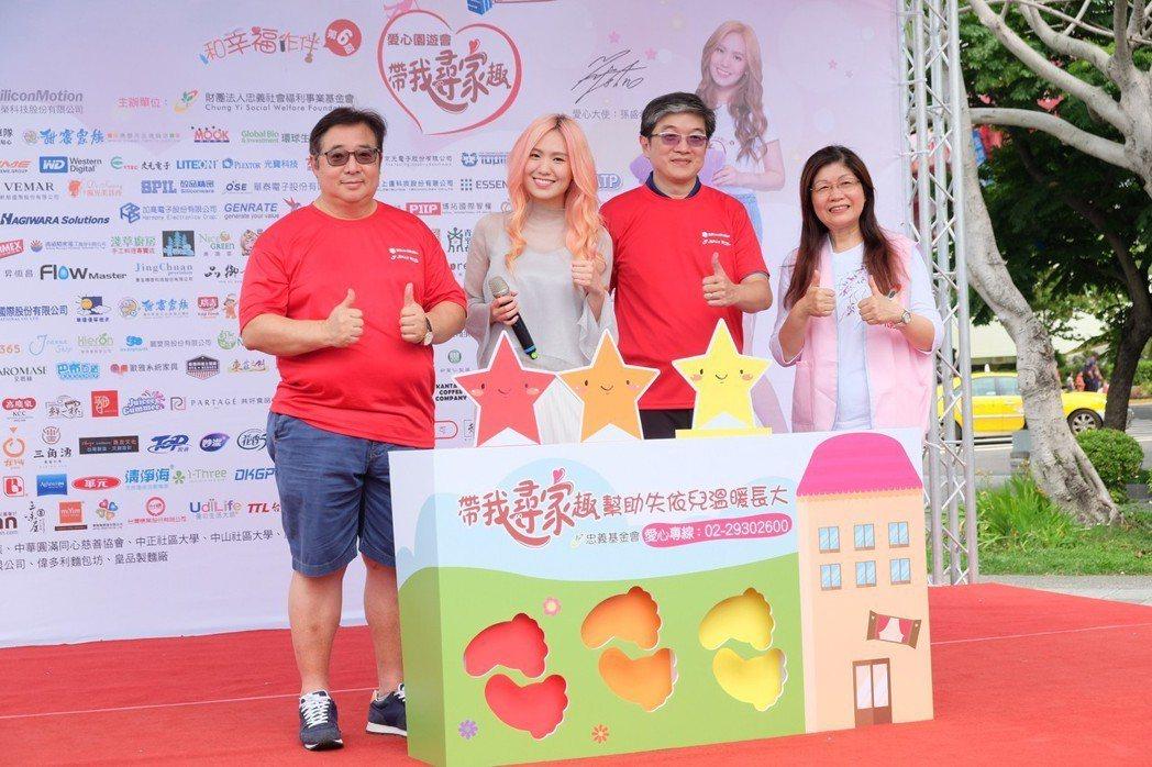 滾石創作女歌手孫盛希(左2)擔任忠義社福基金會愛心大使,日前帶著打歌服、二手衣出