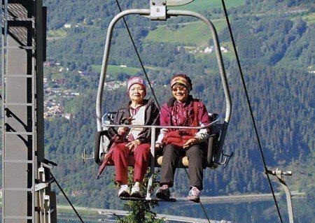 北歐行遇上的這對母女,徵得她們同意,刊出坐在吊纜上的合影照 (照片/張貴美提供)