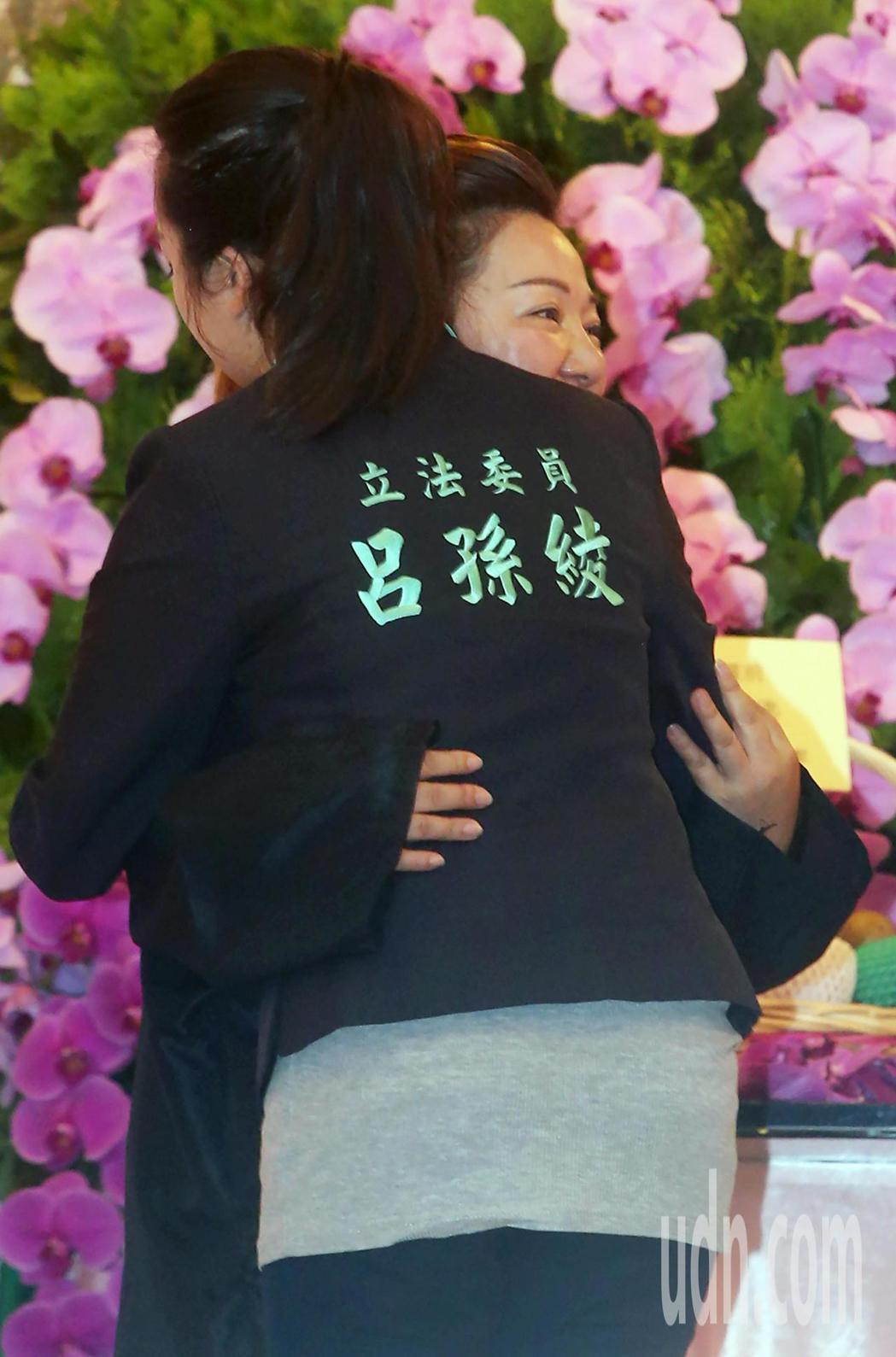 白冰冰(右)母喪,民進黨立委呂孫綾(左)前往弔唁,並擁抱白冰冰致意。記者胡經周/