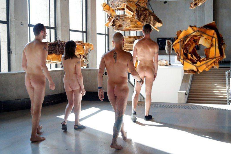巴黎裸體主義協會(ANP)成員們5日上午參觀巴黎東京宮當代藝術博物館。路透