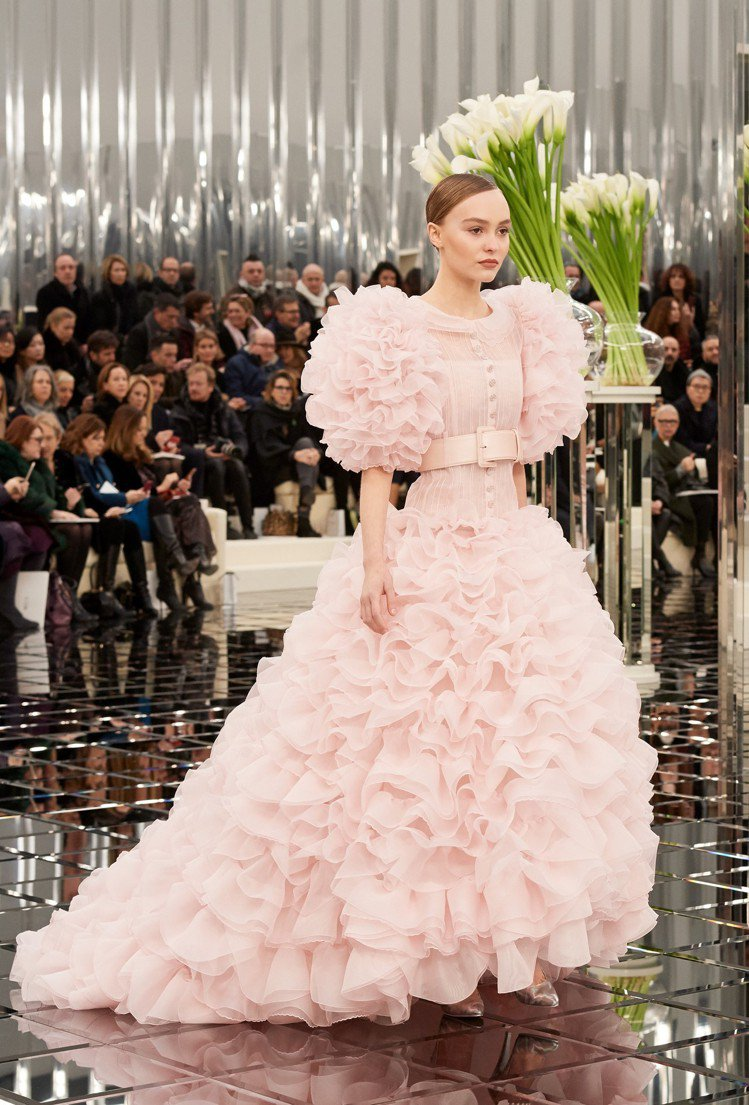 莉莉蘿絲戴普今年18歲,可說是這幾年最受寵的時尚新星之一。圖/香奈兒提供