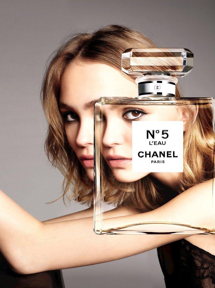 莉莉蘿絲戴普為香奈兒香水拍攝的廣告。圖/香奈兒提供