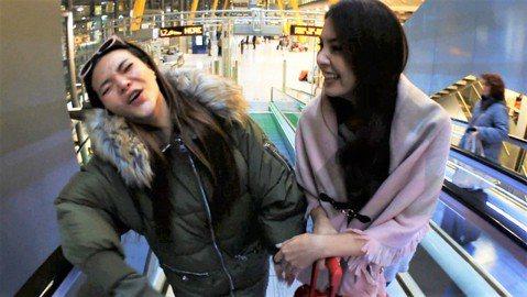 吳宗憲今天錄影時評論小甜甜與韋汝鬧翻一事,直言兩女友誼是「交皮不交肉」。其實過去她們兩人錄閨密旅遊節目時,就發生一件事情,讓人對她們的10年交情打上問號。小甜甜當時在機場與韋汝會合,準備出國錄影,小...