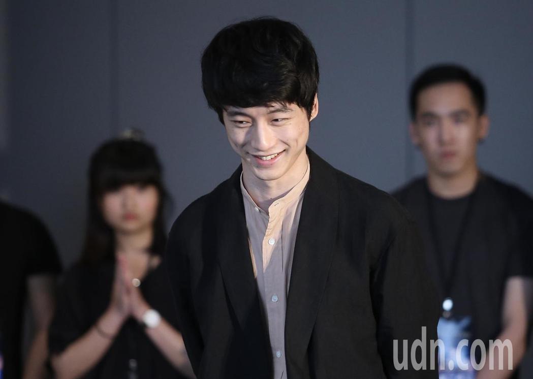 坂口健太郎(中)來台為電影「今夜,在浪漫劇場與妳相遇」宣傳。記者余承翰/攝影
