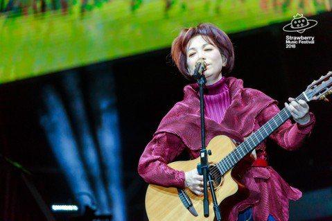 出道40年的蔡琴日前登上北京「草莓音樂節」的大舞台,壓軸包辦1小時的演出,一開口說話,就讓本來是去看趙雷、萬年青年旅店的3萬名觀眾為之風靡,60歲的她妙語如珠、吉他自彈自唱,展現近日苦練的成果,連主...
