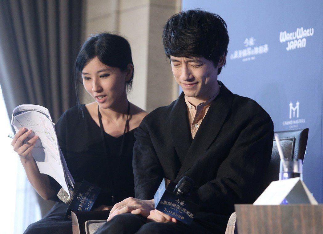 坂口健太郎(右)來台為電影「今夜,在浪漫劇場與妳相遇」宣傳。記者余承翰/攝影