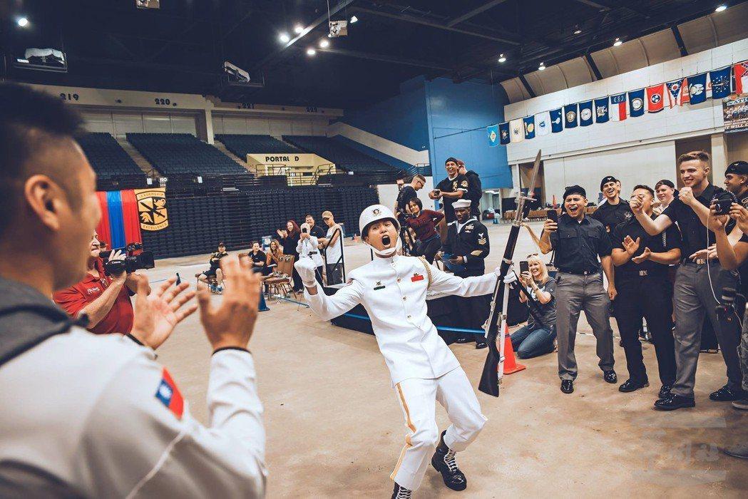 表演結束後,蘇祈麟上兵雙手高舉,為自己的好表現振臂歡呼。圖/軍聞社;擷取自Tri...