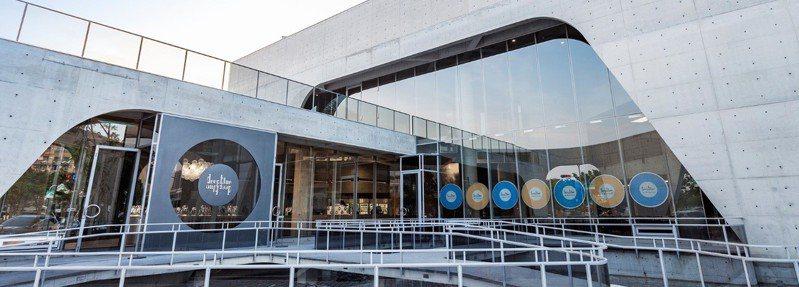 位於台南市安平區的深藍咖啡館旗艦店建築外觀特殊,清水模及大片玻璃帷幕常使民眾駐足。 圖擷自深藍咖啡館