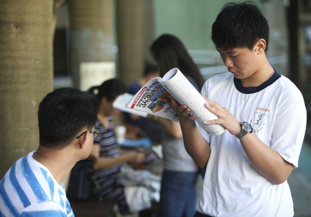 國中教育會考台北考區有的考生提早到考場念書,做最後衝刺。聯合報系資料照/記者楊萬...