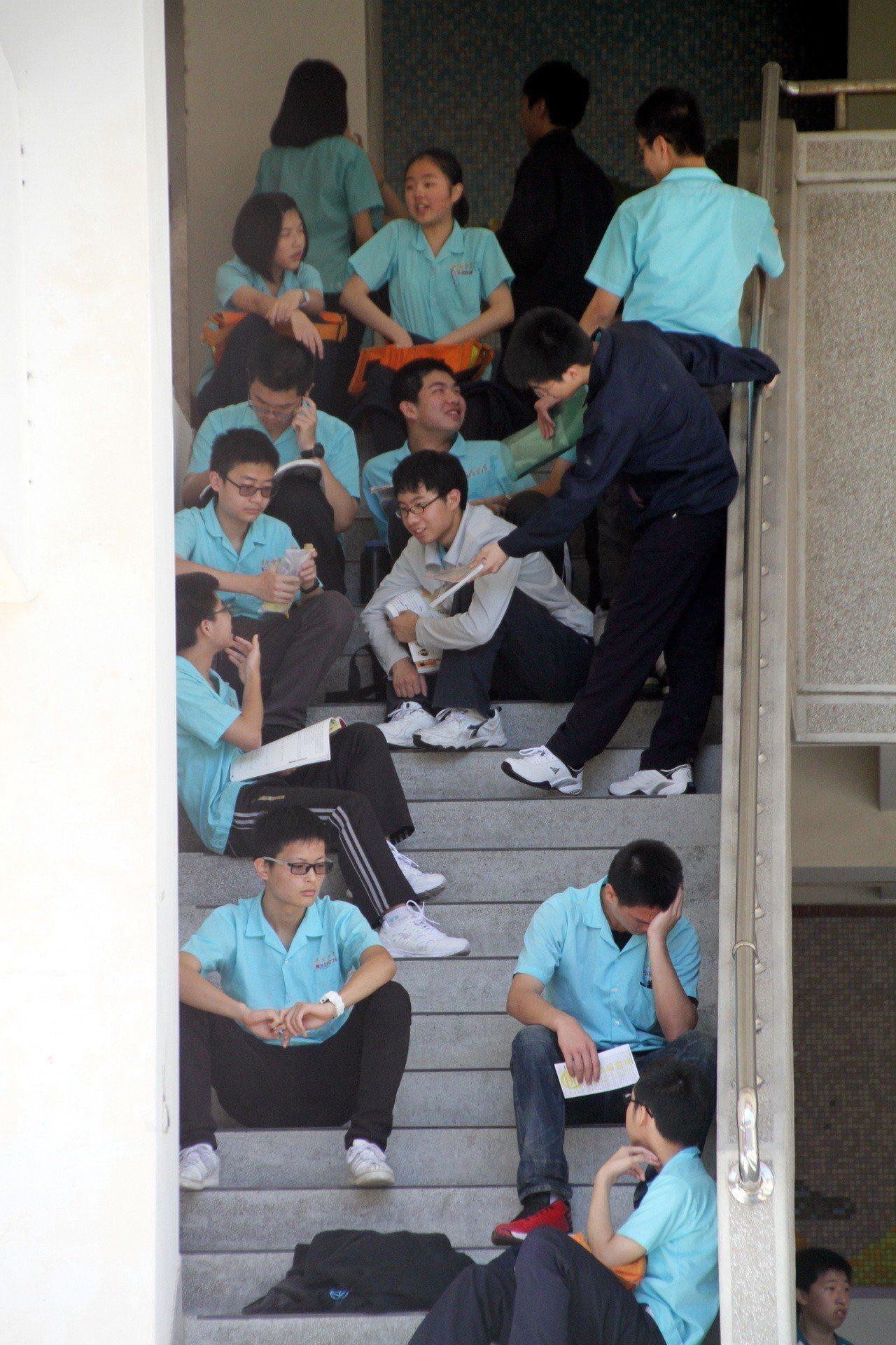 國中教育會考考生在苗栗高中考場等候考試鈴響,有的抽空溫書,有的趁機小寐,準備迎接...