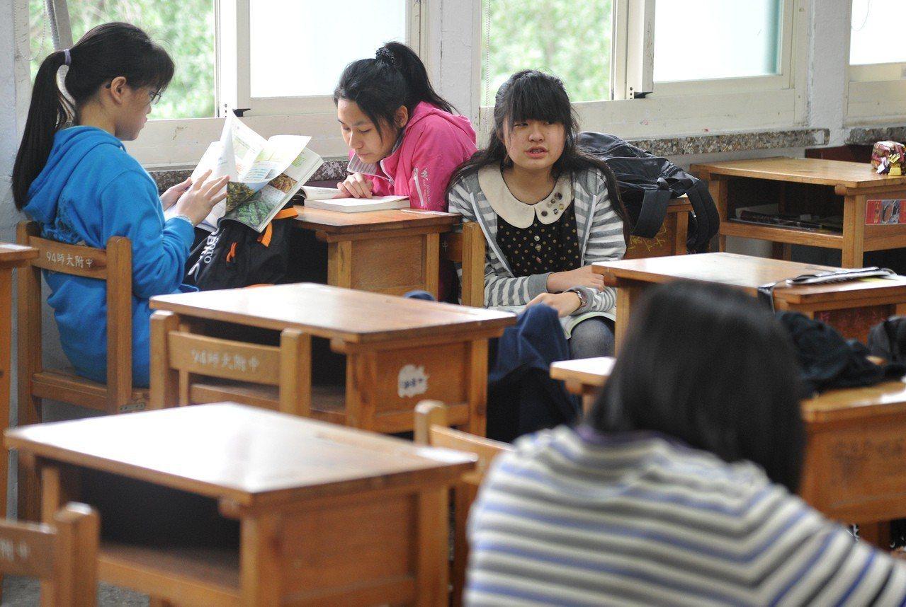 考試前同學們認真看書,準備應試。聯合報系資料照/記者陳正興攝影
