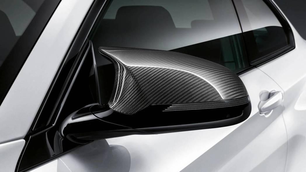 碳纖維的後視鏡蓋。 摘自BMW