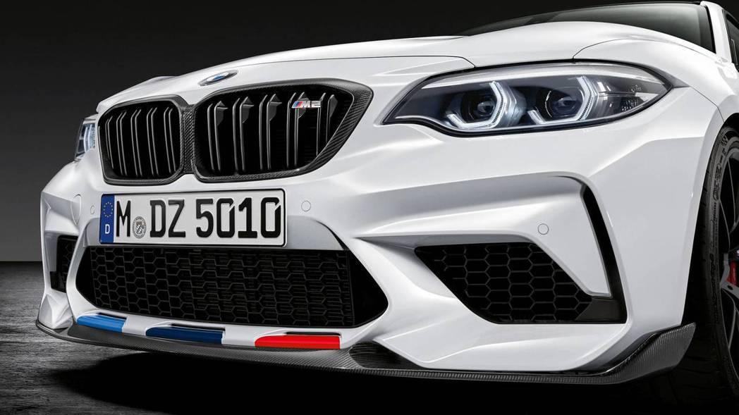 下巴的分流器也為碳纖維材質。 摘自BMW
